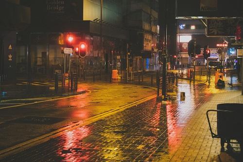 絶対に許さない夜の雨